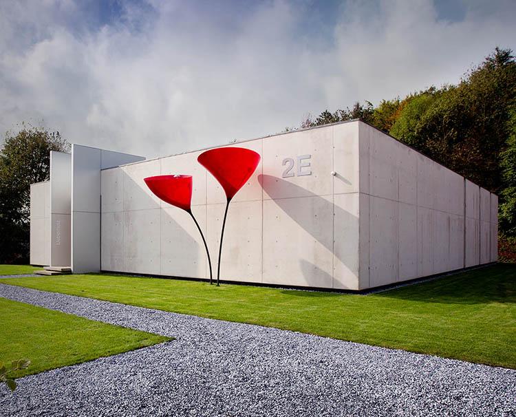 futuristisches unternehmensgebäude auf rasenfläche